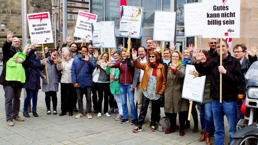 Vor dem K 4 in Nürnberg zeigten  Journalisten/-innen: Wir lassen uns nicht mit nichts abspeisen.