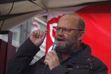 Klaus Schrage bei seiner Rede auf dem Nürnberger Aufseßplatz.