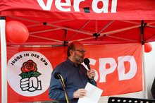 dju-Sprecher Klaus Schrage bei der Mahnwache.